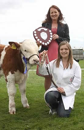 Caroline Vickery presents the NI Simmental Cattle Breeders' Club Young Stockperson of the Year Trophy to Zara Stubbs, Irvinestown